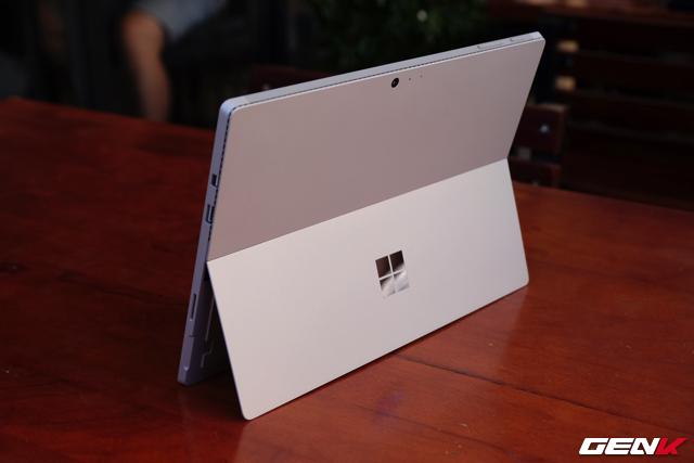 """Đi kèm Surface Pro 4 vẫn là sạc nam châm và một chiếc bút Surface Pen. Điểm khác biệt nằm ở chỗ bút này đã trang bị thêm """"tẩy"""" ở đuôi, sử dụng như một phím bấm phụ."""