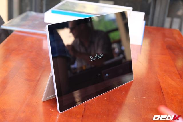 Surface Pro 4 có độ mỏng chỉ 8,4 mm, nhẹ 766 gram và đặc biệt là màn hình đã trang bị kính cường lực Gorilla Glass 4 giúp giảm thiểu tối đa khả năng trày xước