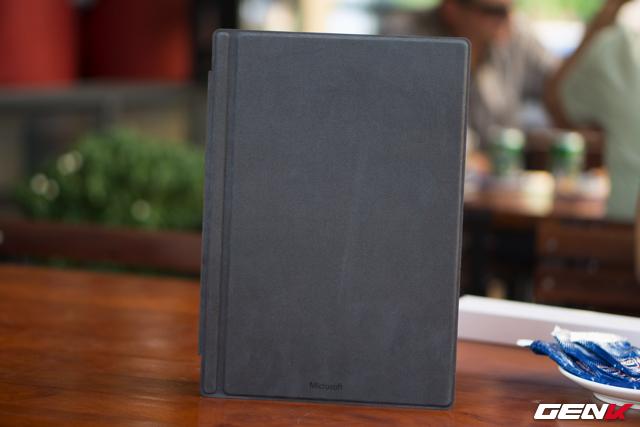 Surface Pro 4 có thiết kế thừa hưởng từ Surface 4 với bề mặt lớn, mặt lưng là khối kim loại chắc chắn, có bản lề có thể lật xoay để thay đổi thao tác sử dụng