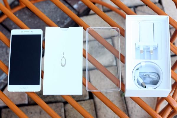 Ngoài các phụ kiện thường thấy như tai nghe, sạc, cáp, kim mở SIM, Oppo tặng kèm bao nhựa bảo vệ máy trên R7s.