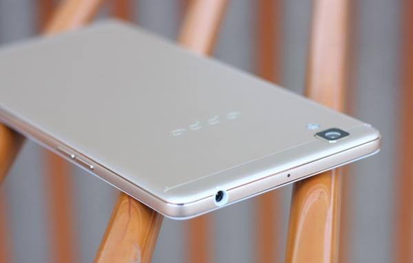 Có thể thấy khá rõ cách Oppo vuốt tròn mặt sau về 4 phía khi nhìn từ góc này của phiên bản R7s màu gold.