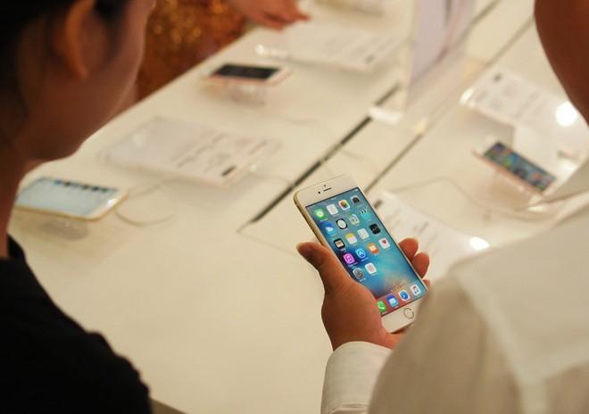 Giá bán xách tay giảm về mức được xem là tốt từ khá sớm nhưng sức bán iPhone 6S giai đoạn cuối năm không quá mạnh mẽ.