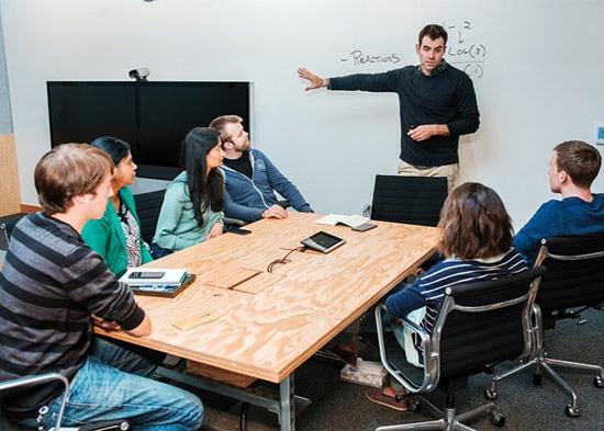 Adam Mosseri (đứng), Giám đốc sản phẩm cho News Feed và các quản lý sản phẩm của Facebook. Ảnh: Christophe Wu.