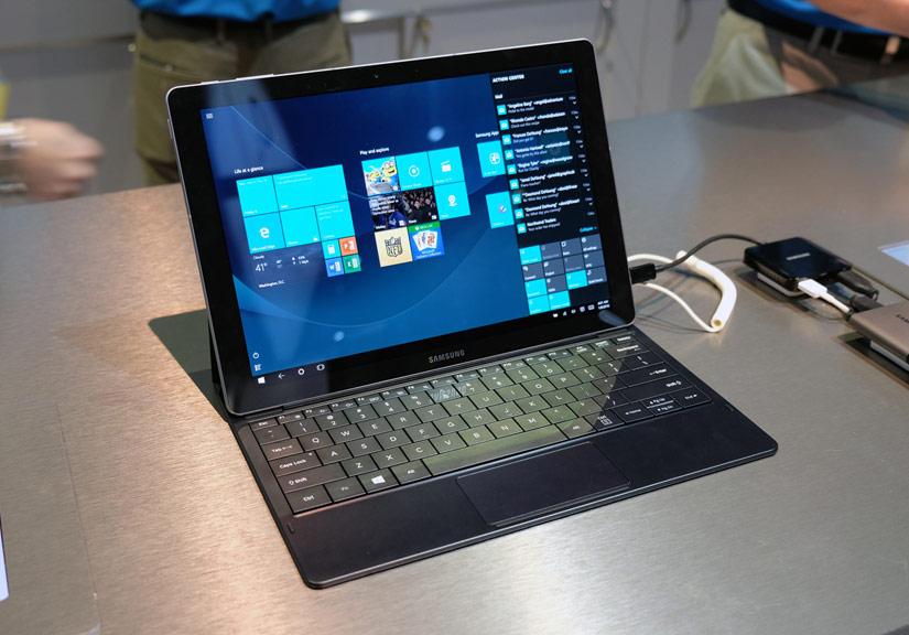 Giống như các máy tính bảng Windows khác, thiết bị đi kèm không thể thiếu là bàn phím rời vật lý. Linh kiện này cũng khá mỏng và kích thước phím tương đương tiêu chuẩn trên laptop hay máy để bàn.