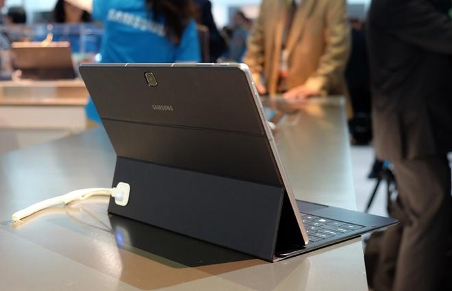 Bao da kiêm bàn phím có thể gập để sử dụng theo đường chéo thay vì tích hợp chân đứng phía sau như Surface Pro.