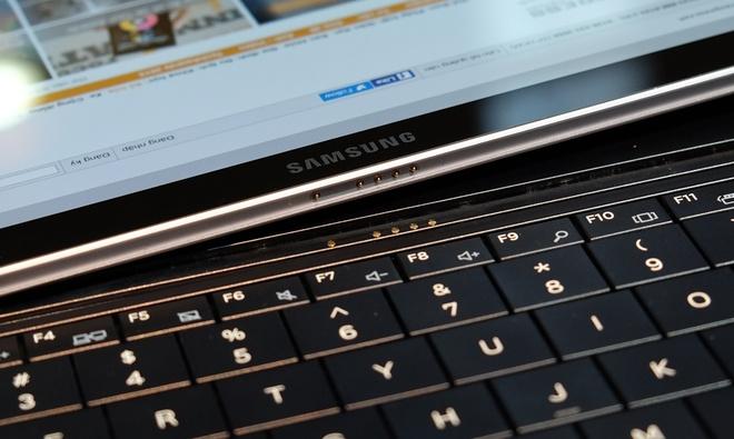 Samsung sử dụng nam châm cho các chân kết nối phía dưới và cả ở mặt sau.
