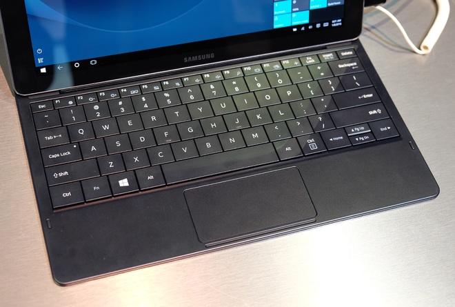 Ngoài phím vật lý, Samsung cũng trang bị cả touchpad trên bàn phím rời.