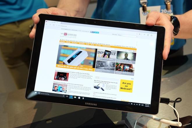 Sau dòng Galaxy Tab S2 chạy Android, Samsung mang đến CES 2016 mẫu máy tính bảng chạy Windows 10 của mình là Galaxy TabPro S. Màn hình máy có kích thước 12 inch độ phân giải chuẩn FHD+ 2.160 x 1.440 pixel.
