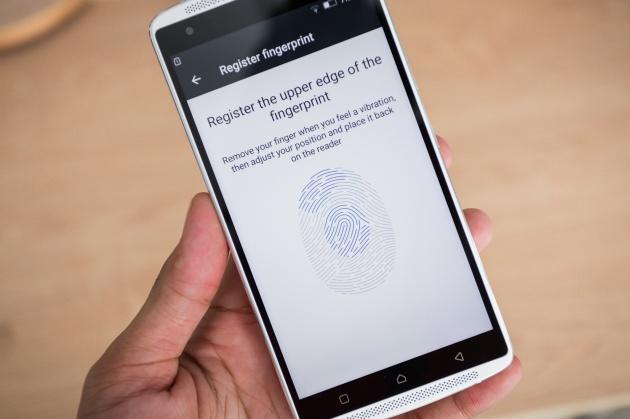 Ngoài ra máy còn hỗ trợ 2 SIM, kết nối 4G, cảm biến vân tay ở mặt sau và chạy trên nền tảng Android 5.1 Lollipop.