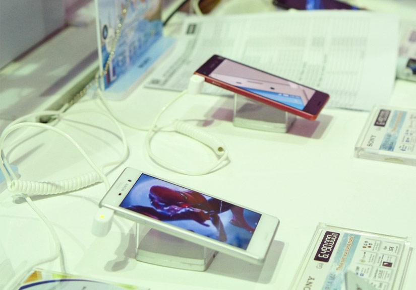 Điện thoại tầm trung có thể là tâm điểm của thị trường di động Việt Nam năm 2016. Ảnh: Thành Duy.