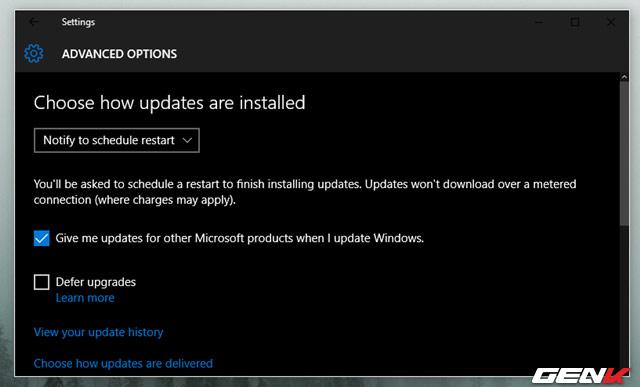 lên lịch khởi động lại sau khi Windows đã được cài đặt một bản cập nhật lớn nào đó để tránh việc tự động khởi động gây cản trở công việc hiện tại, bằng cách nhấn chọn Notify to schedule restart ở mục Choose how updates are installed.