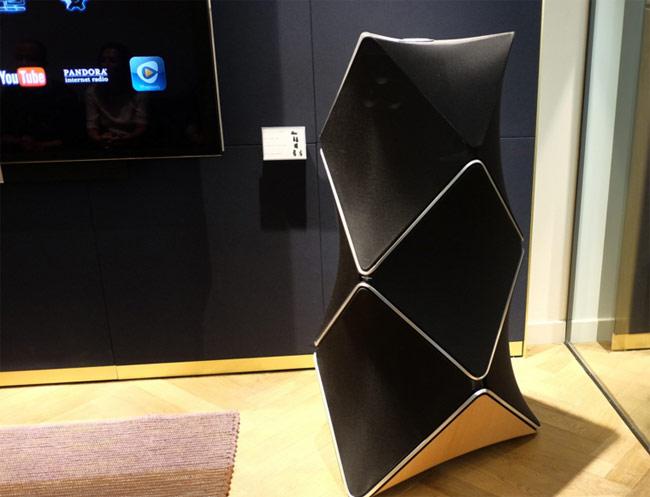 BeoLab 90 nặng 137 kg (gồm hai loa, mỗi loa nặng hơn 65 kg), được làm từ vải, nhôm và gỗ sồi. Thiết kế độc đáo giúp model này cho âm thanh lan toả theo nhiều hướng khác nhau.