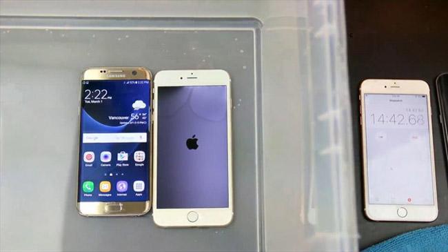 """Đến phút thứ 14 thì iPhone 6S Plus bị tắt nguồn, di động từ Samsung vẫn """"sống"""" khỏe cạnh đối thủ vừa bị đuối nước."""