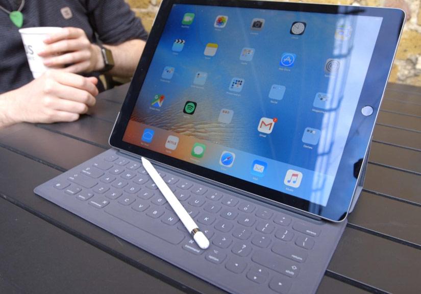 Bổ sung kết nối Smart Connecter , bút Apple Pencil lên dòng iPad 9,7 inch sẽ làm tăng tính cạnh tranh của thiết bị so với các đối thủ khác. Ảnh: Cnet.
