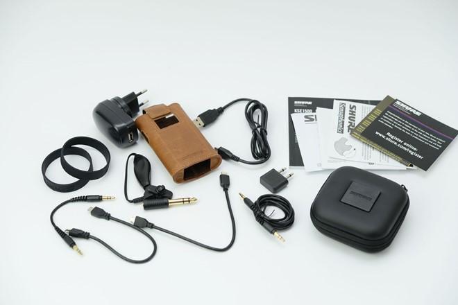 Ngoài amp chuyên dụng đi kèm, Shure KSE 1500 còn sở hữu rất nhiều món đồ phụ trợ bao gồm các bộ tip, cục sạc USB, cáp mircroUSB, cáp Lighning, cáp OTG, 2 sợi cáp đầu 3,5 dài 15,2 và 92 cm, giắc chuyển 6.3, bao da bọc amp đi kèm, giắc chuyển chống ồn dùng trên máy bay, kẹp tai nghe, vòng buộc amp và khăn lau.