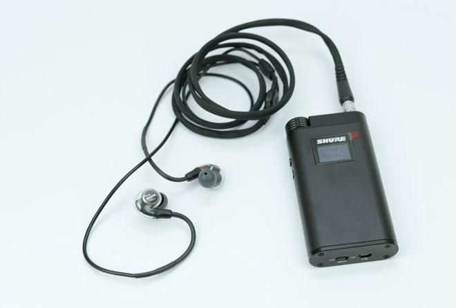 Cả tai nghe và amp đi kèm đều được thiết kế trau chuốt, thể hiện sự cao cấp trong từng đường nét sản phẩm.