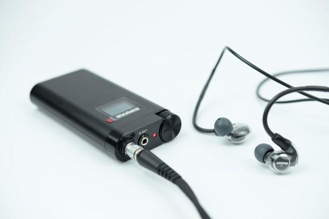 Amp đi kèm với tai nghe có màn hình LED nhỏ để hiển thị thông tin. Amp này cho thời gian sử dụng liên tục 10h (với cổng Line-in) và 7h (sử dụng cả DAC).