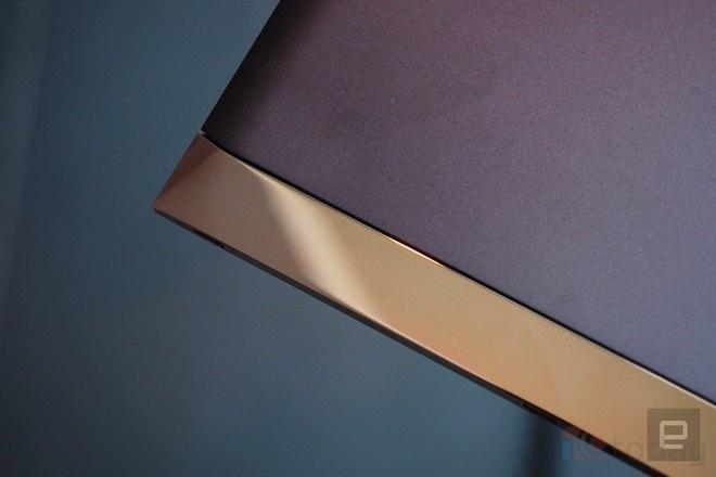 Phiên bản đặc biệt của máy còn được mạ vàng và nạm pha lê/kim cương nhân tạo Swarovski.