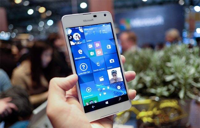 Lumia 650 mang thiết kế được đánh giá tốt hơn cả đàn anh Lumia 950 và 950 XL. Ảnh: Duy Tín.