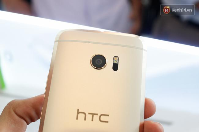 HTC 10 trang bị camera sau độ phân giải 12MP, công nghệ HTC UltraPixel 2 với kích thước mỗi điểm ảnh 1,55µm, lấy nét bằng laser, khẩu độ f/1.8