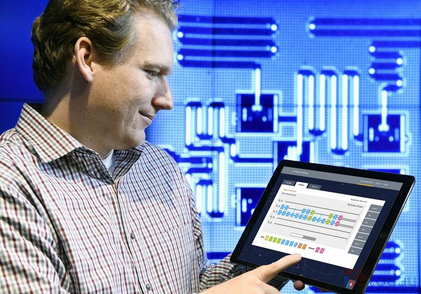 Nhà khoa học máy tính Jay Gambetta đang sử dụng một chiếc máy tính bảng để truy cập vào máy tính lượng tử của IBM
