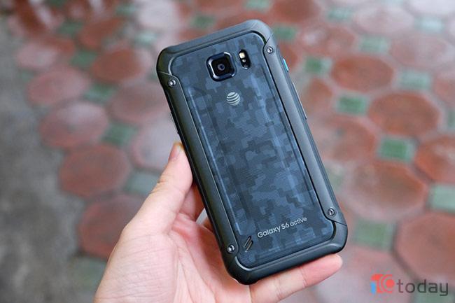Galaxy S6 active có lợi thế về độ bền khi không chỉ chống nước và chống bụi với tiêu chuẩn IP, sản phẩm còn có vỏ chống va đập với tiêu chuẩn của quân đội Mỹ Mil-STA-680.