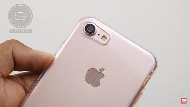 Cụ thể, iPhone 7 được thiết kế camera mới to và lồi, được cải thiện các cảm biến ánh sáng tăng hiệu suất chụp ảnh.