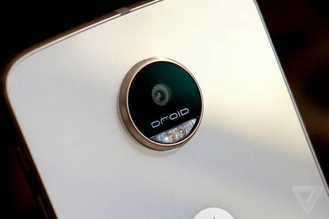 Với giá bán khoảng 400 USD, Lenovo gọi đây là sản phẩm có thời lượng pin lâu nhất trong lịch sử smartphone của Motorola.