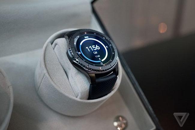 """Màn hình cũng tăng từ 1,2 lên 1,3 inch, bởi Samsung cho rằng kích thước lớn """"đang là xu hướng với đồng hồ cao cấp"""". Vẫn giữ độ phân giải 360x360, nhưng màn hình Gear S3 có chế độ luôn bật mà vẫn thể hiện đủ 8 màu trên màn hình. Điều này cho phép Gear S3 trông đẹp hơn khi không hoạt động so với Gear S2."""