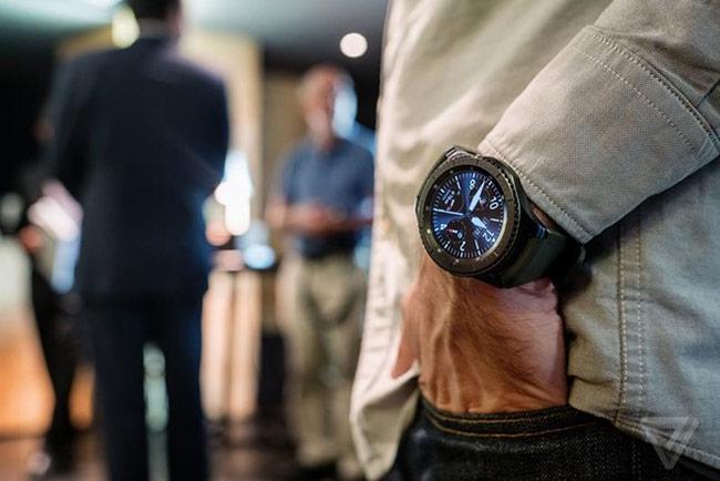 """Lượng pin trên Gear S3 cũng được tăng thêm, Samsung tuyên bố Gear S3 chạy được 3-4 ngày với cả mẫu LTE. Khi pin xuống 5%, Gear S3 sẽ tự chuyển sang chế độ """"chỉ xem giờ"""", cho phép máy hoạt động thêm 24 giờ."""