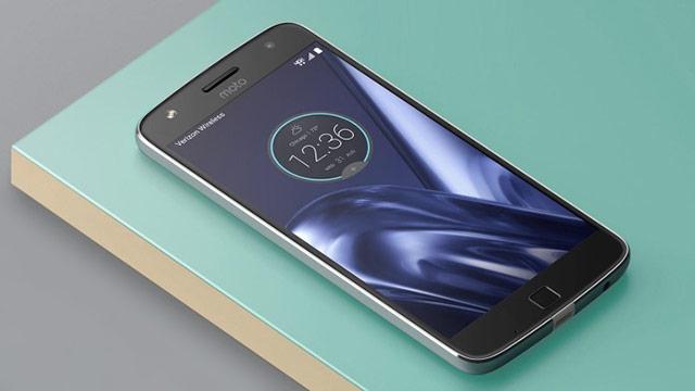 """Moto Z mang đến vẻ ngoài siêu mỏng ấn tượng thì Moto Z Play lại đánh vào đặc điểm khác: pin """"khủng"""" với dung lượng 3.510 mAh, đem đến khả năng sử dụng lên đến 45 giờ."""