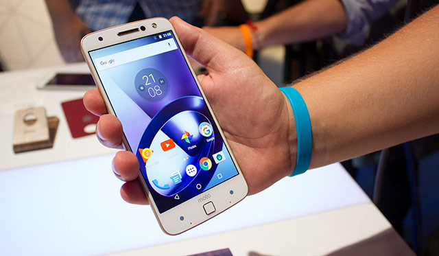 Moto Z có độ mỏng vô cùng ấn tượng: 5,19 mm, được xác nhận là smartphone cao cấp mỏng nhất thế giới. Đặc biệt, sản phẩm được làm từ hợp kim nhôm và thép không gỉ giúp tăng độ bền cho máy.