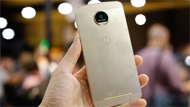 Moto Z được trang bị camera sau 13 MP với khẩu độ f/1.8 cùng khả năng chống rung quang học (OIS)
