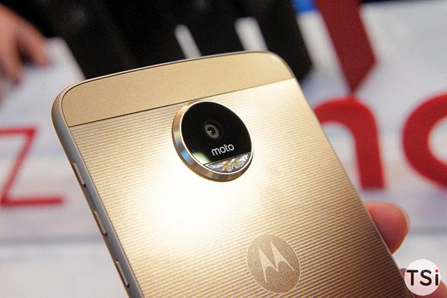 camera, Moto Z được trang bị camera sau 13 MP với khẩu độ f/1.8 cùng khả năng chống rung quang học (OIS), lấy nét tự động bằng laser, camera trước 5 MP cùng ống kính góc rộng kèm đèn flash giúp người dùng có được những bức ảnh selfie và wefie trở nên lộng lẫy hơn ngay cả trong điều kiện thiếu sáng.