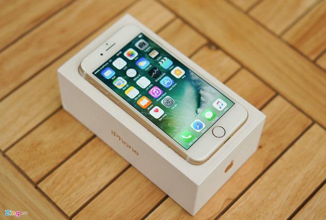 iPhone 7 có màn hình 4,7 inch trong khi 7 Plus sử dụng màn hình 5,5 inch. 2 smartphone này hoàn toàn không sử dụng viền mỏng thời trang như các di động Android hiện nay. So với thế hệ trước, màn hình iPhone mới được làm sáng hơn, phủ một lớp chống chói giống như iPad Pro.