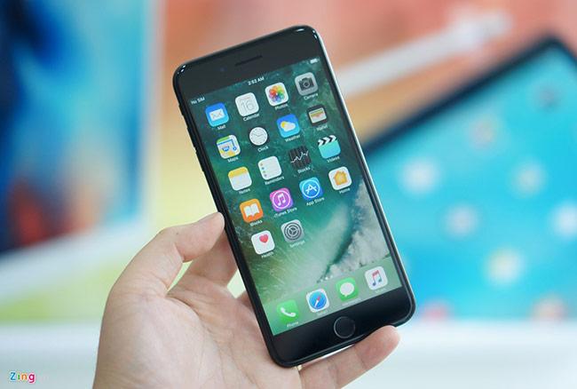 Trong số 2 model, iPhone 7 Plus được ưu ái trang bị RAM 3 GB, kèm camera kép. Cả 2 camera này đều có độ phân giải 12 megapixel, hỗ trợ chụp chân dung tuyệt đẹp, hoặc zoom quang 2x.