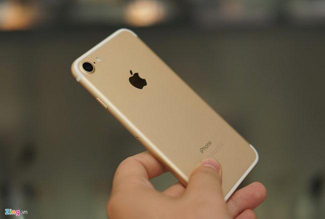 Thay đổi lớn nhất trên iPhone 7, ngoài việc loại bỏ giắc cắm tai nghe, bao gồm nút Home sử dụng công nghệ cảm ứng lực và tính năng chống nước. Tất nhiên, cấu hình máy cũng được nâng cấp với chip A10 Fusion, camera 12 megapixel cảm biến lớn, cùng với đó là viên pin lớn hơn 14% so với 6S.