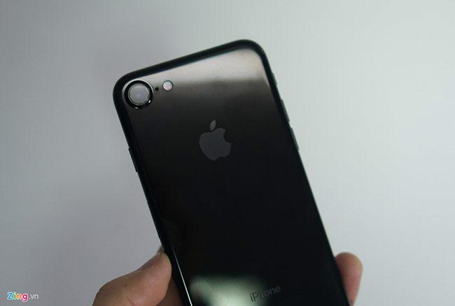 Với màu Jet Black, Apple tự hào ca ngợi 9 công đoạn đánh bóng phần vỏ nhôm để tạo được một chiếc smartphone bóng bẩy như vậy. Quả thực, thiết kế này tạo ra một sản phẩm sang trọng, khác biệt hoàn toàn với các màu còn lại. Tuy nhiên, màu này bám vân tay và cực kỳ dễ xước.