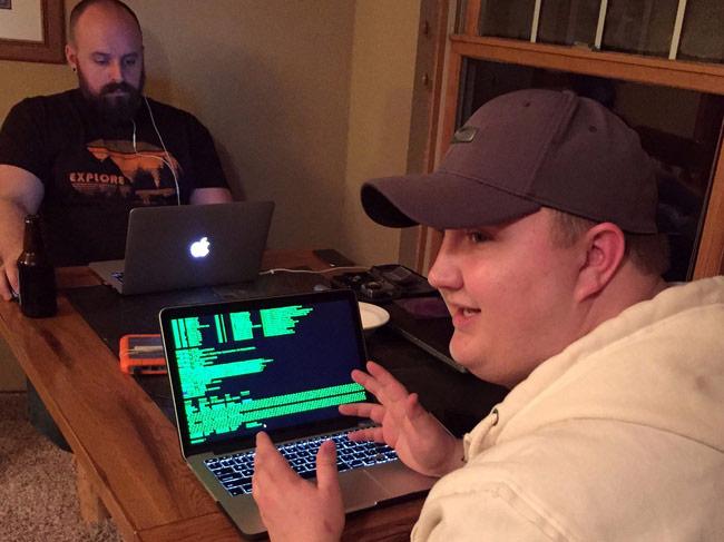 Hacker Kurt Muhl (bên phải) đang chia sẻ cách đặt mật khẩu mạnh nhưng dễ nhớ.