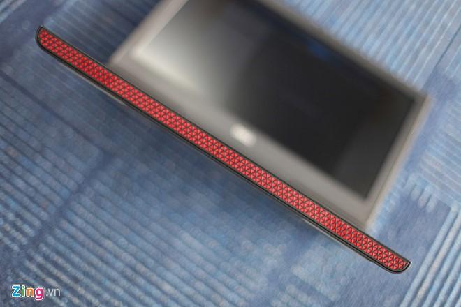 Inspiron 15 Gaming có 2 phiên bản màu là đen và đỏ, máy trông hầm hố với thiết kế góc cạnh.