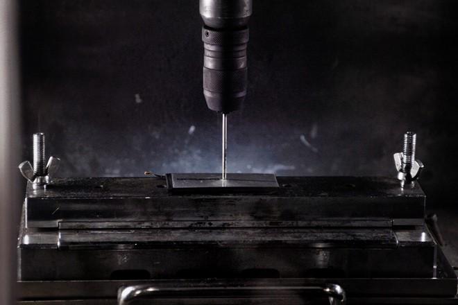 Loạt pin mới của Samsung sẽ trải qua nhiều bài thử nghiệm mới, chẳng hạn thử nghiệm độ bền bằng cách dùng kim chọc vào vỏ pin.