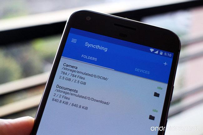 Syncthing: Với Syncthing, người dùng có thể đồng bộ hóa dữ liệu của điện thoại và máy tính một cách dễ dàng. Ngoài ra, phần mềm sẽ tự định danh các thiết bị, giúp người dùng đơn giản hóa thao tác. Điểm mạnh của Syncthing là miễn phí và giao diện không có quảng cáo như một số ứng dụng tương tự.