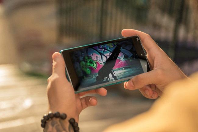 Cả 2 đầu điện thoại đều có dải loa giúp nâng cao tiện lợi và trải nghiệm âm thanh