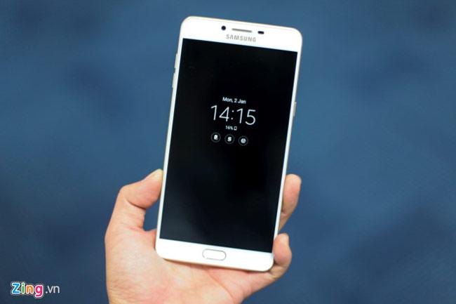 Màn hình Always On của Galaxy C9 Pro cũng được cài sẵn trên máy
