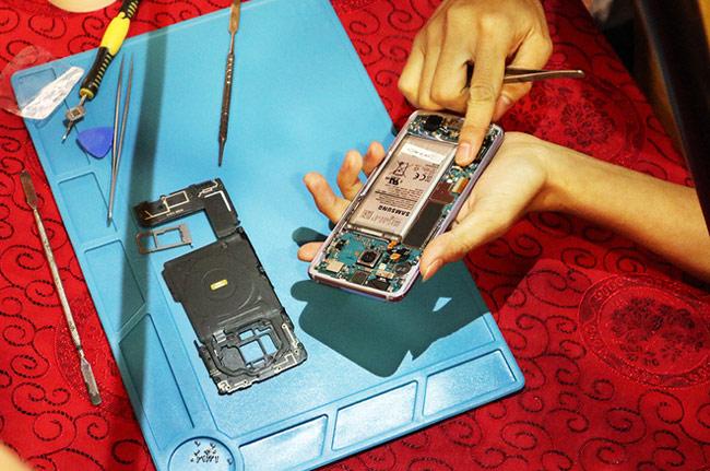 bóc tách bộ phận hỗ trợ sạc nhanh của Galaxy S8