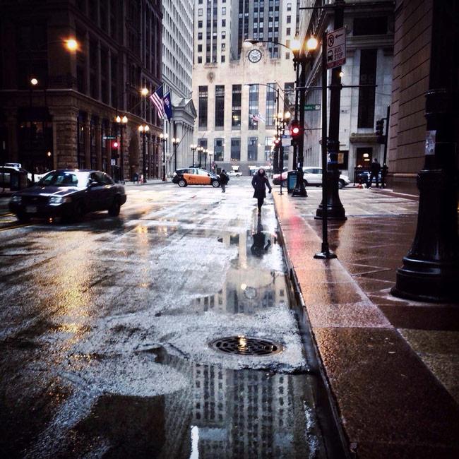 """Để chụp được những bức ảnh thành phố """"lung linh"""" như thế này, hãy thực hiện nó vào buổi tối sau khi mưa vì chúng ta cần tận dụng những ảnh đèn màu khiến làm bừng bức ảnh lên"""
