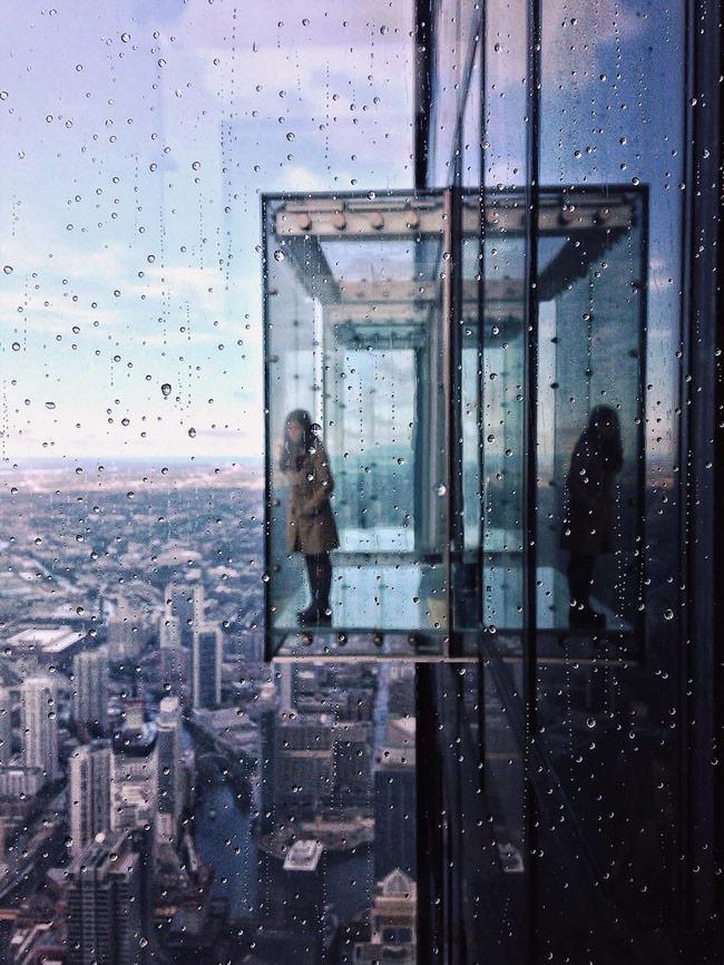 Để chụp được kiểu ảnh này, chúng ta cần giữ điện thoại hơi gần so với cửa sổ (khoảng 10 - 20 cm tùy dòng) và lấy nét ở những hạt mưa trên cửa sổ bằng cách chạm vào chúng trên giao diện chụp ảnh
