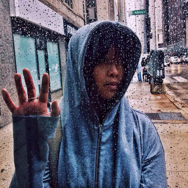 Chụp hạt mưa qua cửa sổ