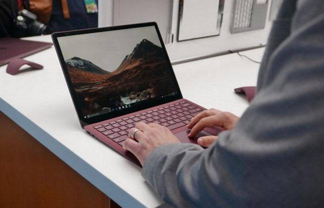 Gõ chữ trên bàn phím của Surface