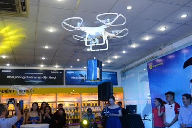 Hệ thống Thế giới Di động dùng drone để trao máy cho những khách hàng đầu tiên
